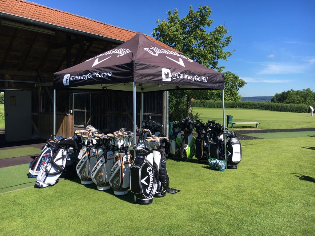 Callaway Schlägerbags auf der Driving Range am Golfschläger-Fitting Tag
